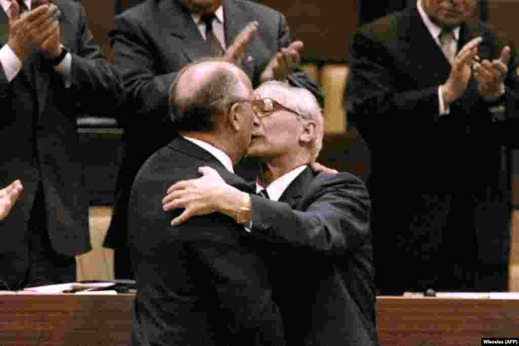 Михаил Горбачев также целовал Эриха Хонеккера во время своего визита в ГДР, 1986 год