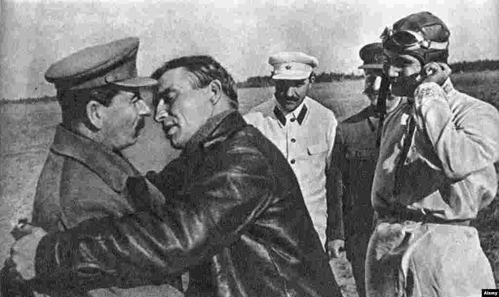 Пилот Валерий Чкалов пытается поцеловать Иосифа Сталина, 1936 год