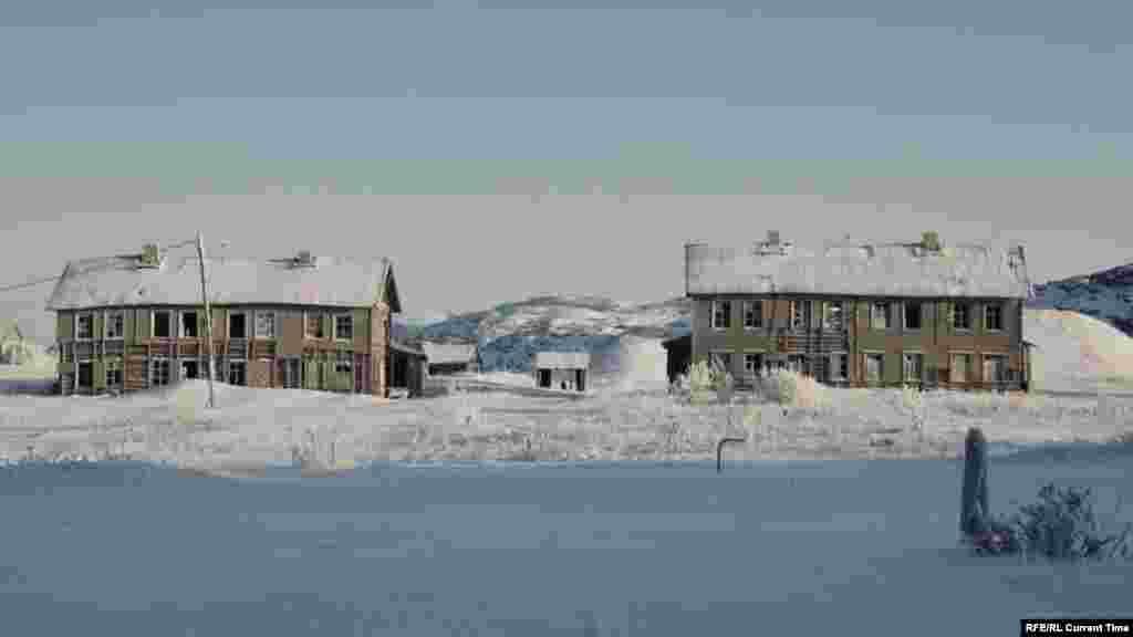 Село Териберка на берегу Баренцева моря затерялось между арктическими льдами и каменными сопками. Побережье Кольского полуострова густо усеяно военно-морскими базами и закрытыми городками Северного флота