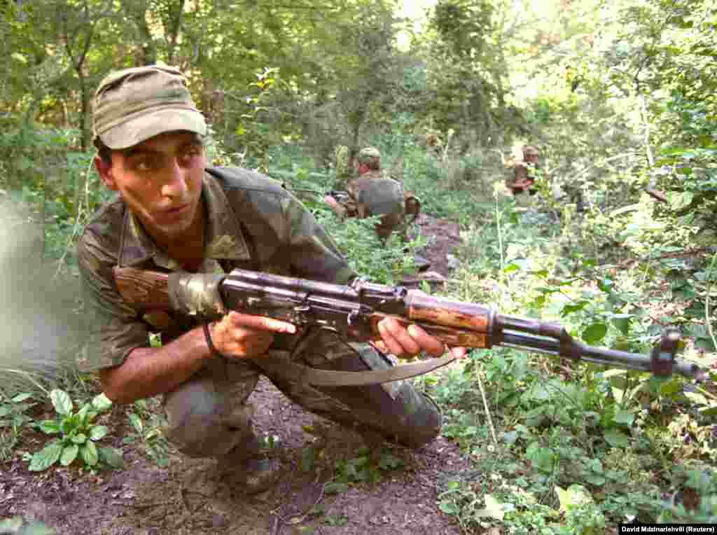 Грузинский военный во время учений в Панкисском ущелье в 2002 году. В тот период ущелье приобрело репутацию нестабильного региона, в котором укрывались радикальные исламисты. Власти Грузии регулярно отчитывались о поимке десятков боевиков-выходцев из арабских стран, как минимум несколько из них были связаны с Аль-Каедой. В России же часто говорят о том, что в Панкисском ущелье укрываются сепаратисты с Северного Кавказа, но грузинские власти это опровергают