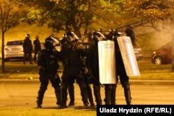 ОМОН стреляет по демонстрантам резиновыми пулями. 9-10 августа