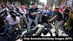 Драка между сторонниками превосходства белой расы в Шарлотсвилле (штат Вирджиния, США) и их противниками, архивное фото (11 августа)
