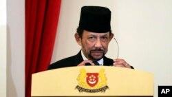 Султан Брунея Хассанал Болкиах на торжественном мероприятии, посвященном 50-летию Соглашения о взаимозаменяемости валют в Сингапуре и Брунее, июль 2017 года. Фото: AP