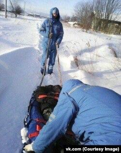 Фельдшеры скорой помощи везли пенсионера поселка Ыбпон километр на санках