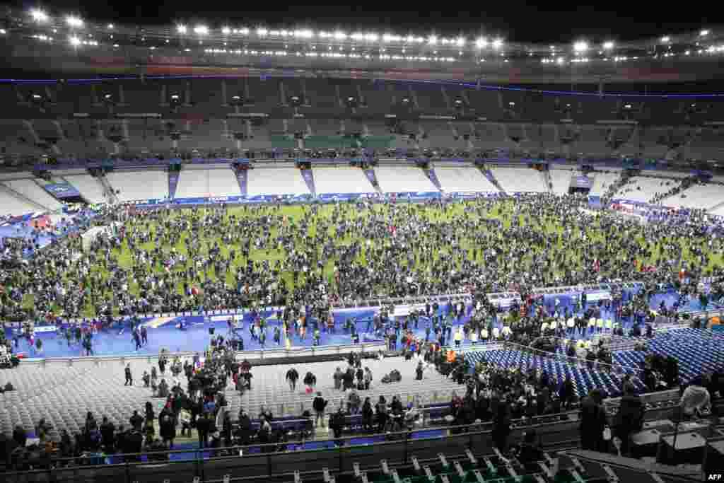 Посетители футбольного матча собрались на поле после взрывов во время игры