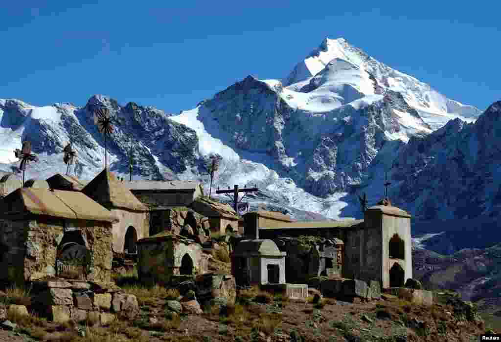 На фото – гора Уайна Потоси, одна из самых популярных для скалолазания гор в Боливии. Ее высота превышает 6 км над уровнем моря. Здесь и была создана команда альпинисток Аймара