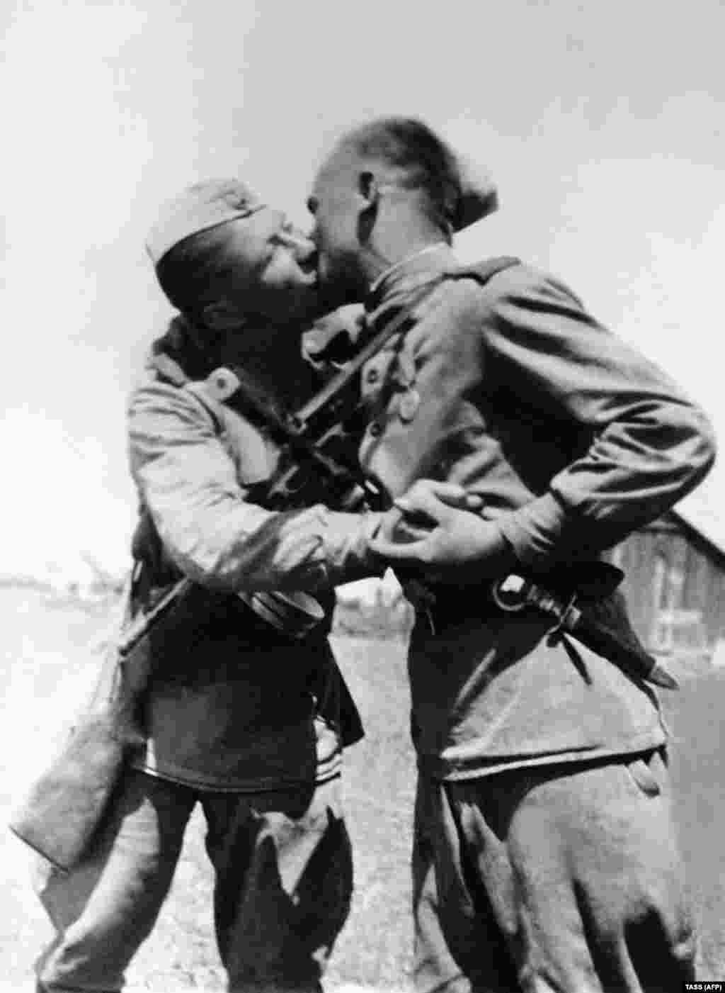 Солдаты Красной армии целуются после объявления победы над нацистской Германией, 1945 год