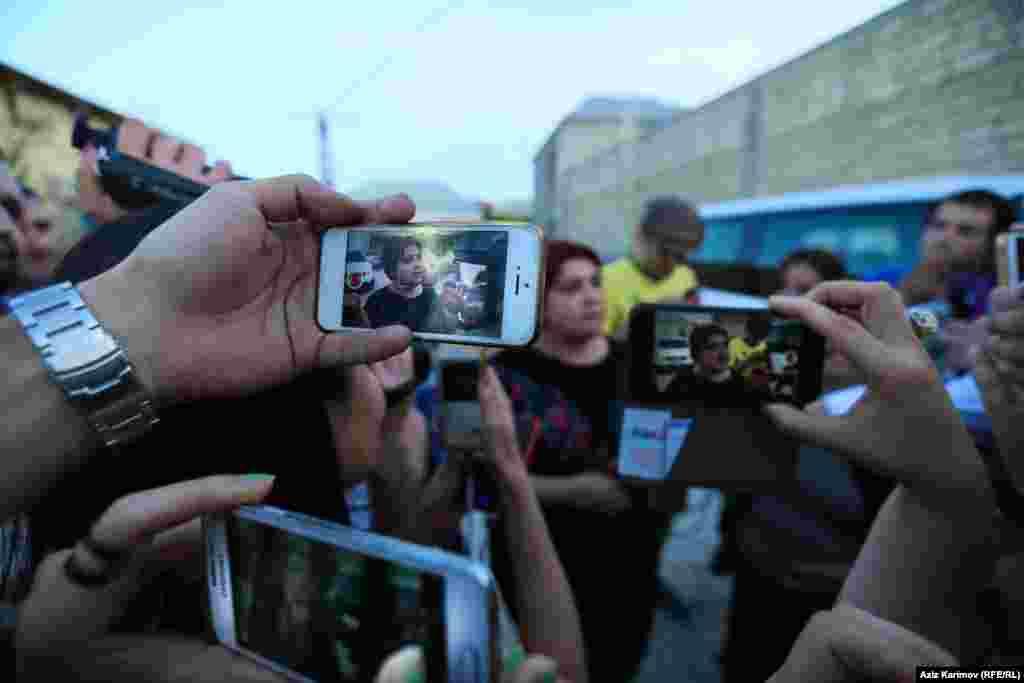"""Известная азербайджанская журналистка Хадиджа Исмайлова вышла из тюрьмы25 мая 2016 года. Приговор суда в семь с половиной лет тюрьмы ей заменили на условный в три года и шесть месяцев. В сентябре 2015 года суд в Баку признал журналистку виновной в растрате и налоговых преступлениях, но Хадиджа и ее адвокаты считали дело политическим, а процесс, который над ней проходил – с многочисленными нарушениями. Журналистка много лет расследовала коррупцию в высших эшелонах власти Азербайджана, в том числе в правящей семье. После освобождения из тюрьмы, она заявила, что не покинет Азербайджан. """"Я не собираюсь убегать только потому, что кому-то не нравится то, что я говорю правду"""", – сказала она"""