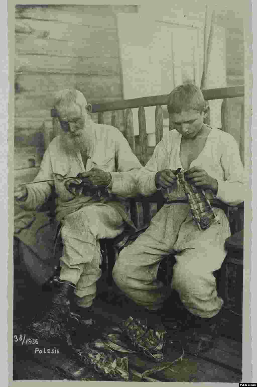 Полесские старик и мальчик плетут лапти, 1936 год