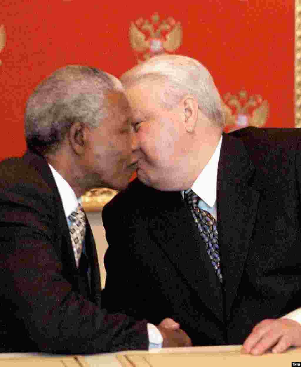 Борис Ельцин целует Нельсона Манделу во время его визита в Москву в 1999 году