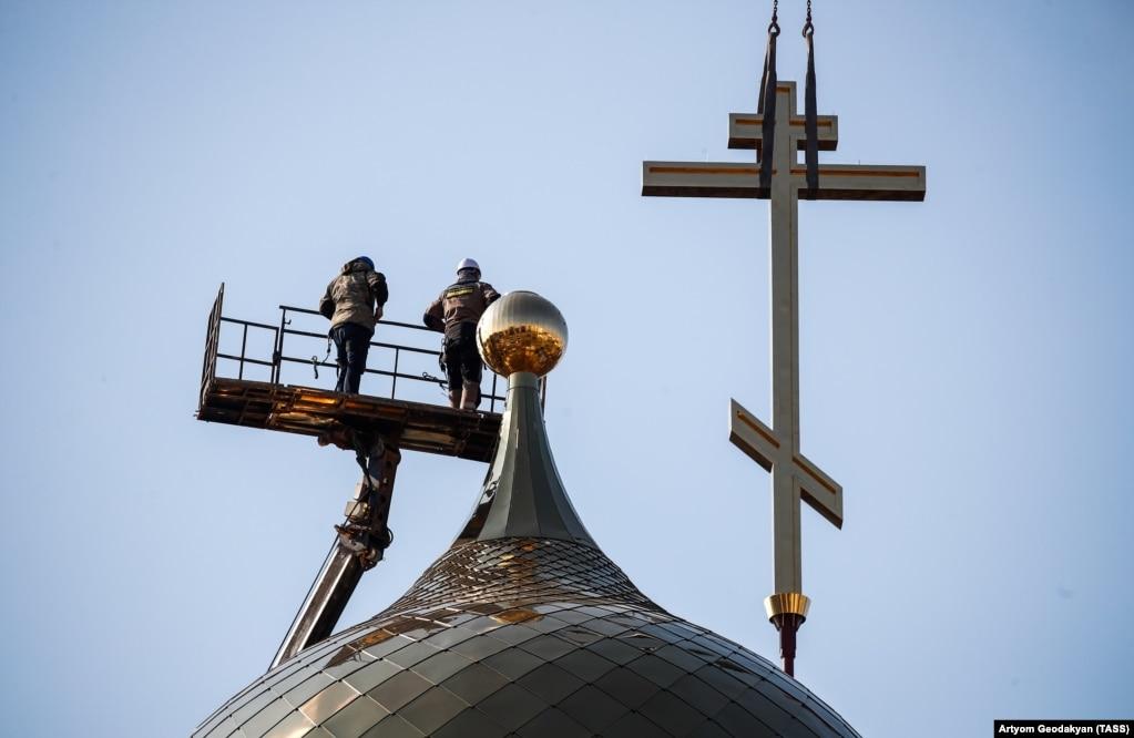 Установка креста на главный храм Росгвардии в Балашихе, 11 апреля 2019 года. Фото: ТАСС