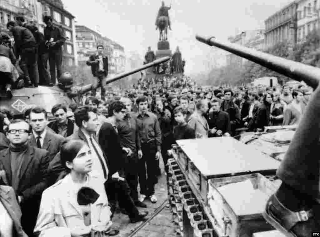 Самая известная и самая символичная фотография тех дней: советские танки на центральной, Вацлавской площади Праги