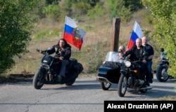 Владимир Путин (справа) и Александр Залдостанов по прозвищу Хирург (слева) на мотопробеге в аннексированном Крыму. 10 августа 2019 года. Фото: AP