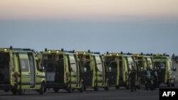 """Египетские """"скорые"""", перевозившие тела погибших с места катастрофы в аэропорт"""
