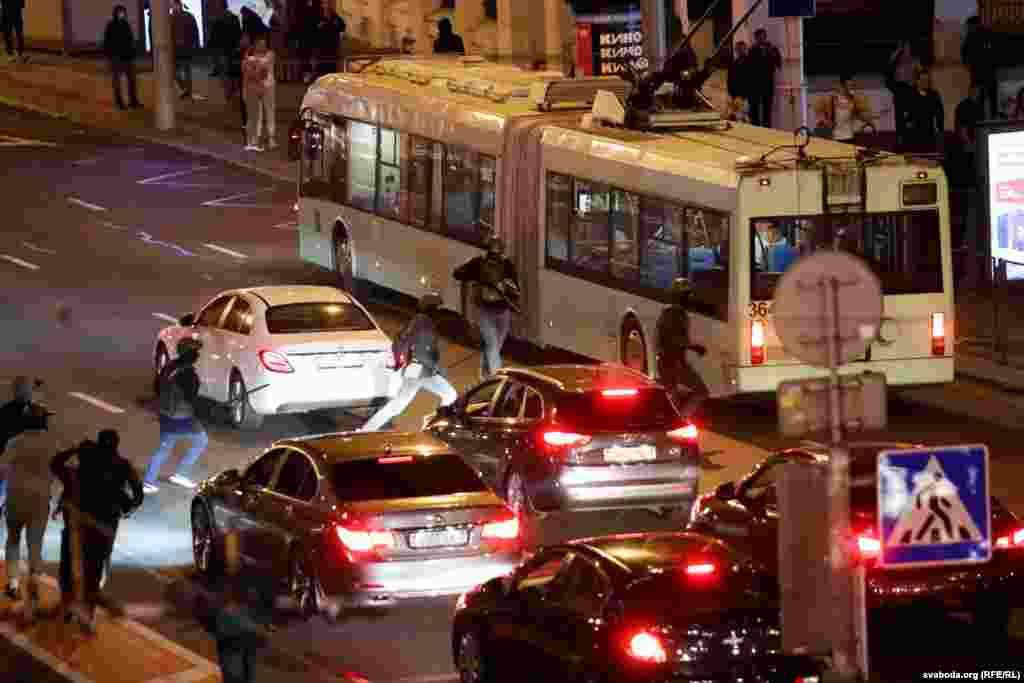 Силовики (среди которых были люди в обычной спортивной одежде, так называемые тихари) били машины, водители которых сигналили в знак солидарности с протестующими