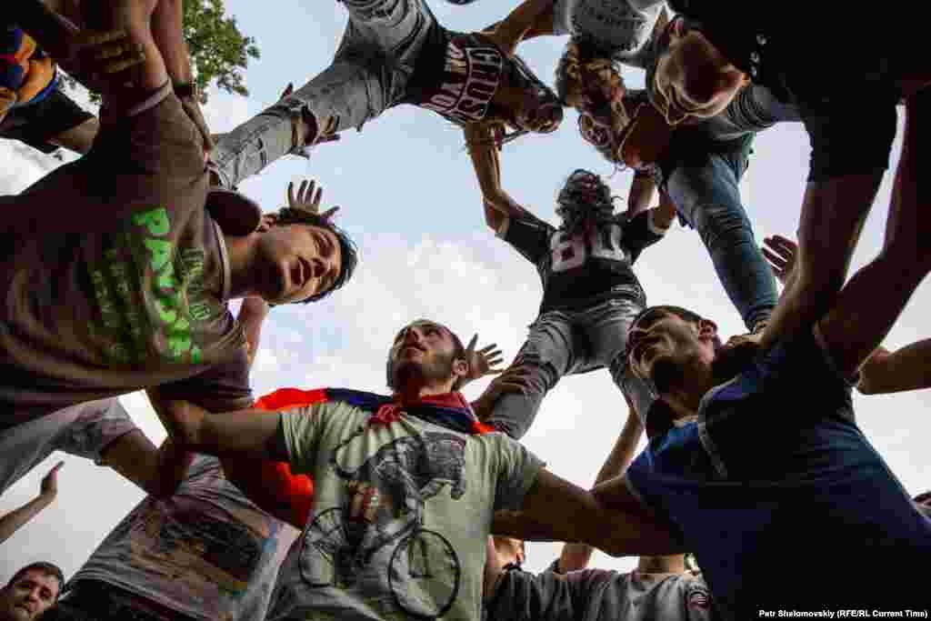 Главная цель митингующих - отменить решение о повышении тарифов Фото от 27 июня с проспекта Баграмяна
