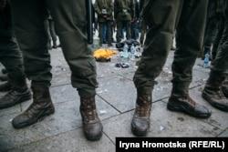 Полицейские оградили место напротив офиса президента Украины в Киеве, где мужчина поджег себя в знак протеста 26 февраля (Ирина Громоцкая)