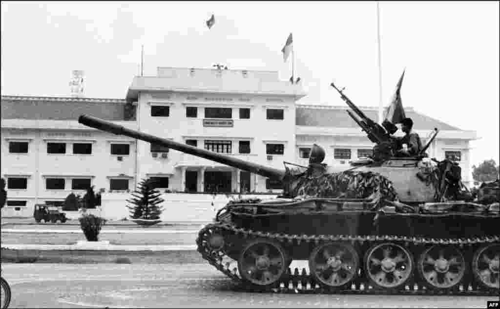 Почти 10 лет, с 1965 по 1974 год, советские власти поддерживали коммунистическое правительство Северного Вьетнама в ходе гражданской войны. По оценке Совета министров СССР, ежедневно война обходилась казне в 1,5 миллиона рублей (сегодня эта сумма равна $11,5 млн)