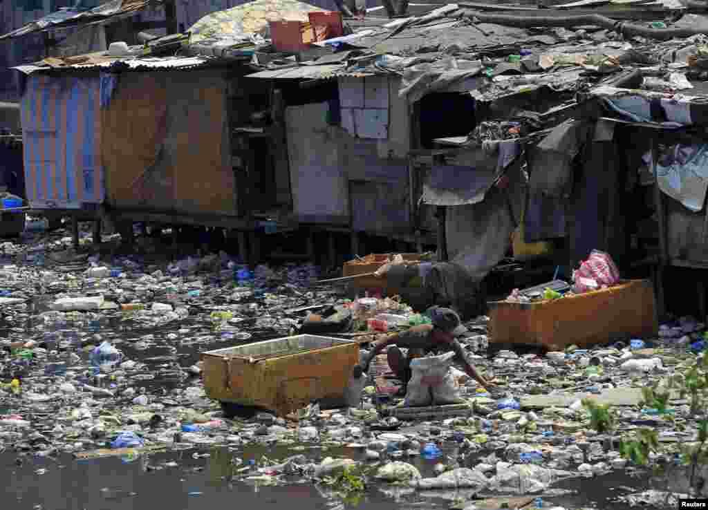 """Филиппинская столица Манила тоже знаменита своей """"мусорной"""" рекой. Ежедневно в столице выбрасывают в среднем по 8500 тонн мусора, значительная его часть идет в воду"""