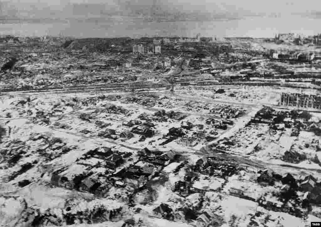 Во время наступления в августе-сентябре немецкая авиация нанесла по Сталинграду с воздуха около 2 тысяч ударов. Целые кварталы были превращены в руины или же попросту стерты с лица земли. Аэрофотосъемка разрушенного города, осень 1942 года.