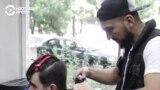 Парикмахер делает красивыми людей с аутизмом