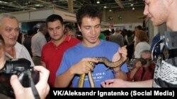 Александра Игнатенко (в центре) обвиняют в незаконной ловле животных