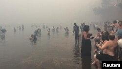 Жители Мати прячутся в море от пожаров