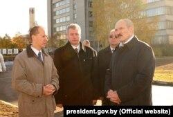 Валерий Цепкало (слева) и Александр Лукашенко в Парке высоких технологий, Минск, 25 октября 2005 года