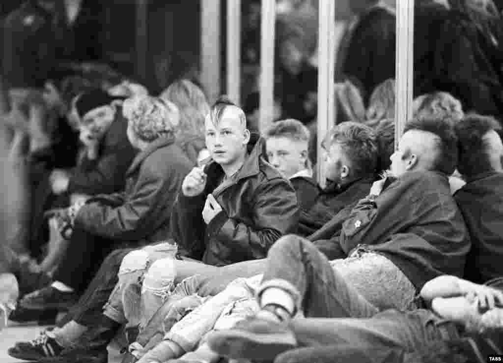 """Панки в России появились еще в 1970-х годах, но единого """"формального"""" стиля они так и не сформировали. В зависимости от места проживания и периода панки имели разные идеологические взгляды и цели На фото – молодые люди во время благотворительной художественно-политической акции """"Антиспид"""", 1990 год"""