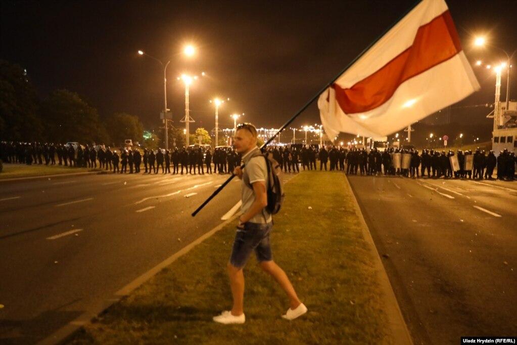 По оценкам белорусских медиа, на улицы в одной столице Беларуси вышли около 20 тысяч человек