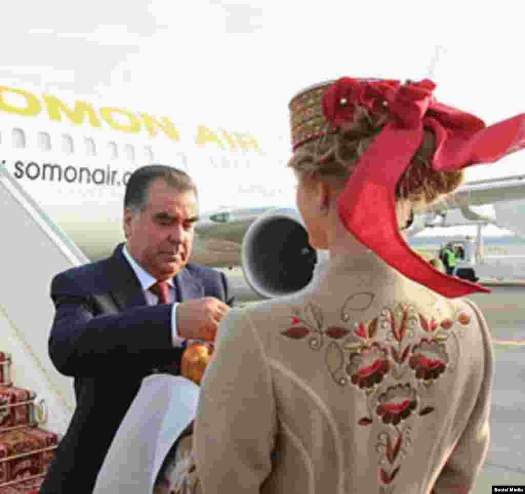 Президента Таджикистана Эмомали Рахмона встречают хлебом и солью в аэропорту Минска