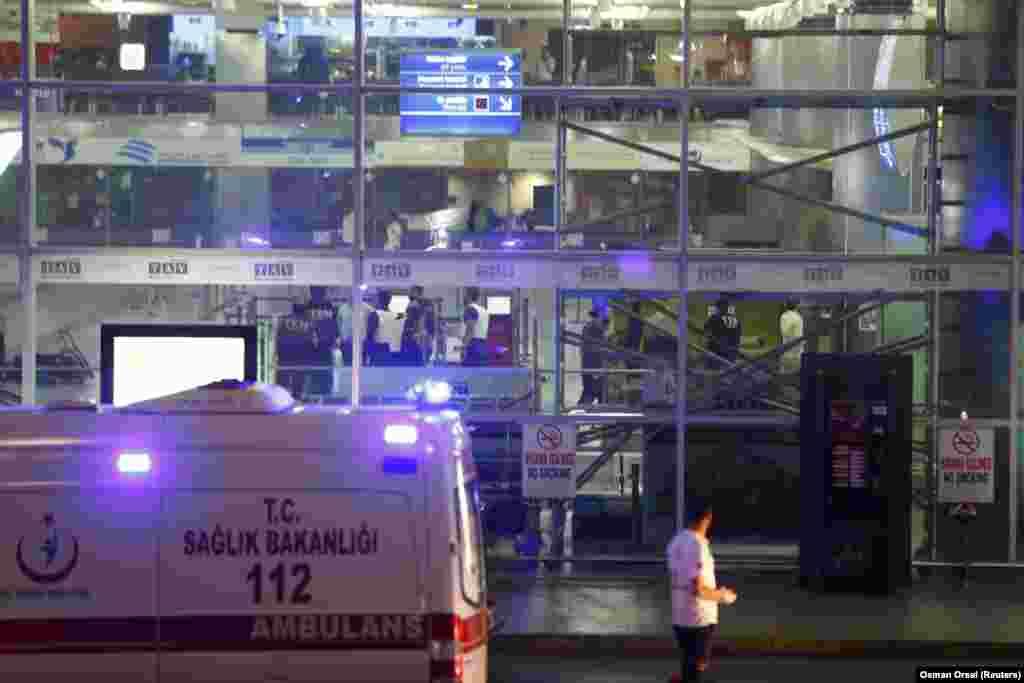По сведениям очевидцев, один из взрывов произошел в толпе перед рамками металлоискателей, расположенных перед входом в здание аэропорта