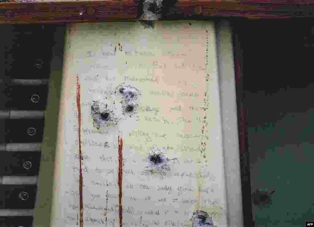 Окровавленная записка с пулевыми отверстиями, найденная внутри лодки, где после взрывов в Бостоне прятался Джохар в Уотертауне, штат Массачусетс.