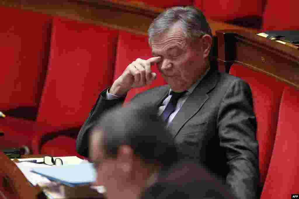 Французский оппозиционный политик Бернар Акойе увлечен дебатами об однополых браках