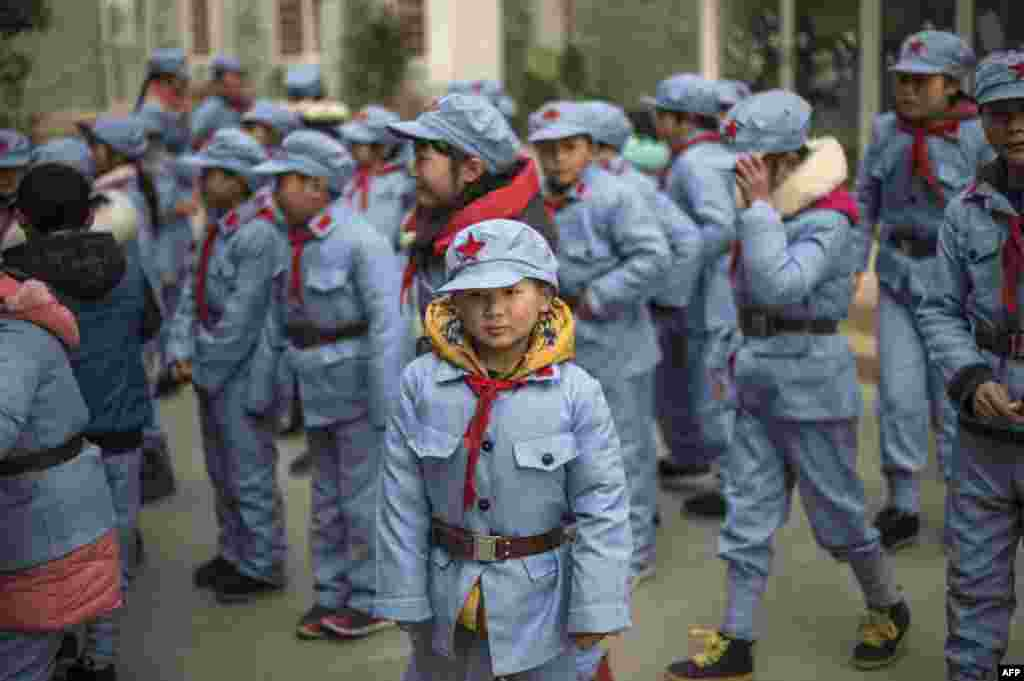 """Ученики Бейчуаньской школы Красной армии Китая носят в школу пионерские галстуки и """"звездные"""" фуражки"""