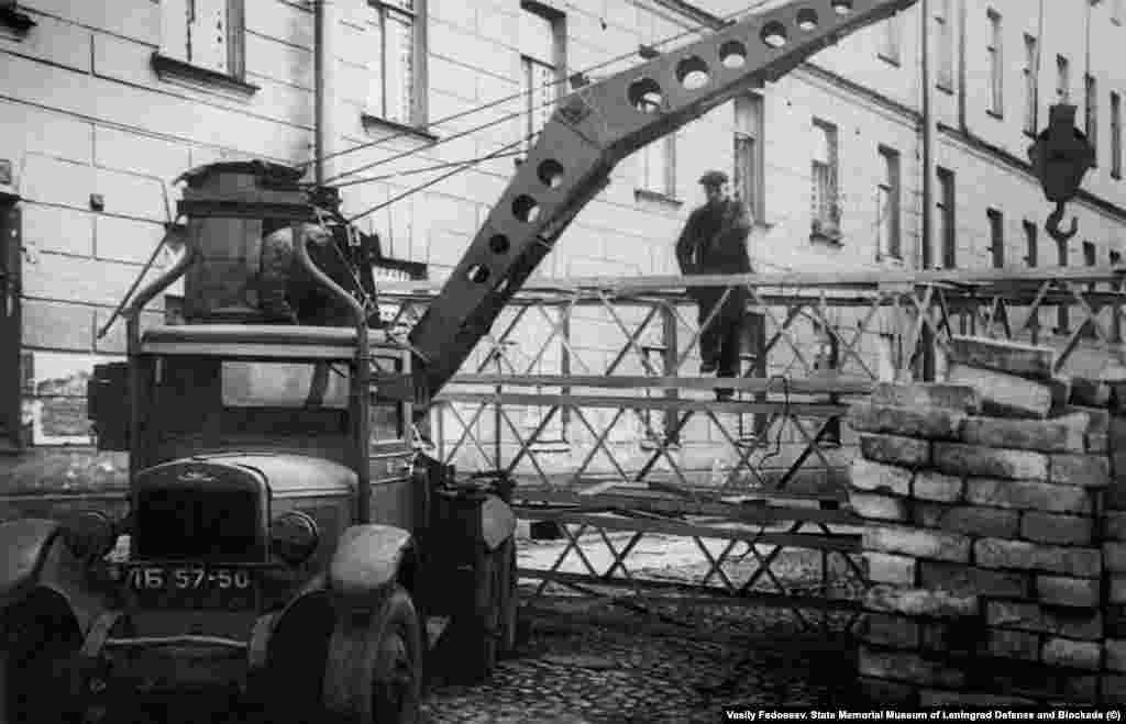 Василий Федосеев. Строительство оборонительных сооружений на набережной реки Фонтанки у Калинкина моста 18 сентября 1941 года