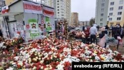 """Двор """"Площади Перемен"""" в Минске, где был избит и задержан Роман Бондаренко. Так выглядел народный мемориал в его честь, пока 15 ноября силовики не уничтожили его"""