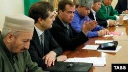 Ахмад Абдуллаев с Владиславом Сурковым и Дмитрием Медведевым