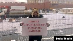 Сергей Зверев в мае 2019 года на Красной площади устроил одиночный пикет против строительства завода на Байкале