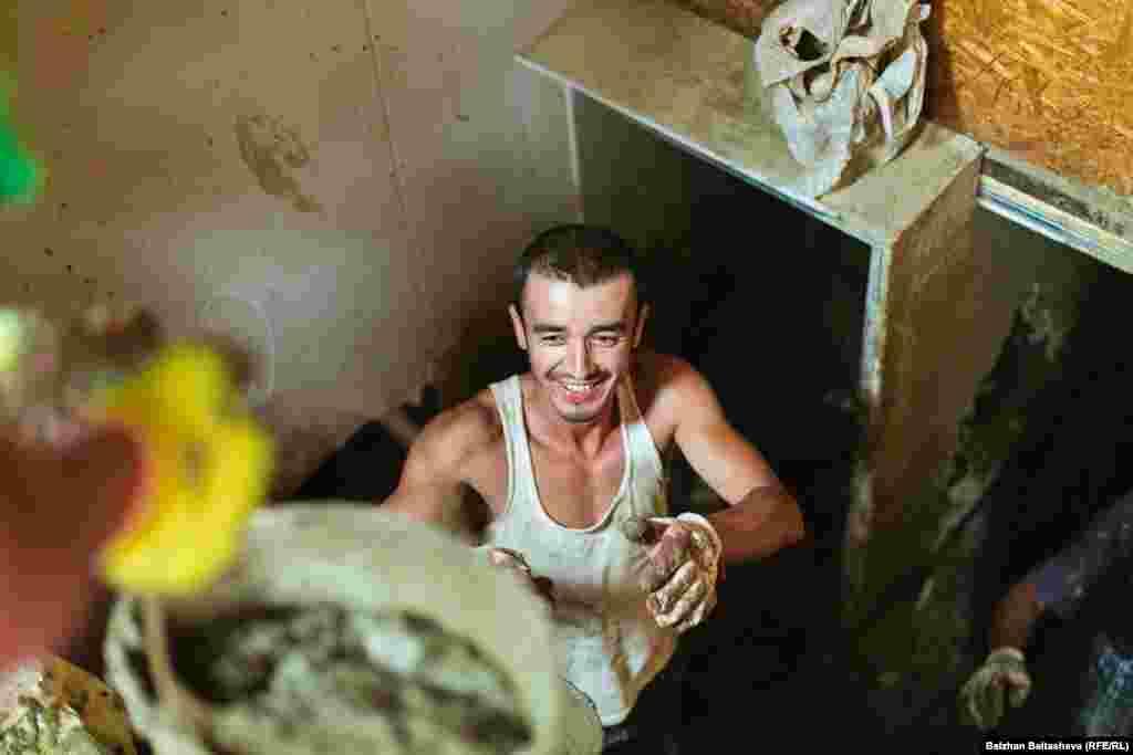 Волонтеры помогают Алексею очистить подвал от грязи