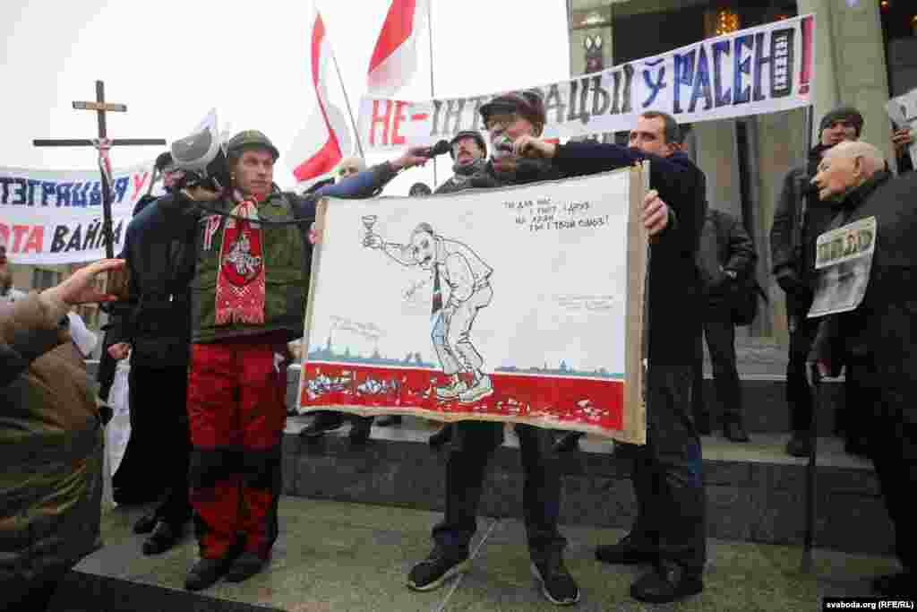 """Участники акции держали плакаты с надписями """"Нет – интеграции в Россию"""", """"Нет – союзу с агрессором"""". На плакате с изображением человека, похожего на Лукашенко, написано: """"Ты для нас и гнет, и груз, на хрен ты и твой союз"""""""