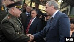 Вице-премьер Дмитрий Рогозин здоровается с полковником Анатолием Зверевым, командующим российским контингентом Совместных миротворческих сил в Приднестровье, апрель 2012 года