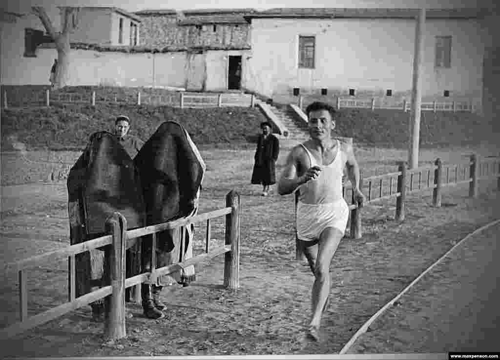 На одной из ранних фотографий Пенсона запечатлен бегун рядом с женщинами, на которых закрывающая лицо и тело одежда. Получив фотоаппарат как награду за успехи в преподавании, молодой иммигрант увлекся фотографией