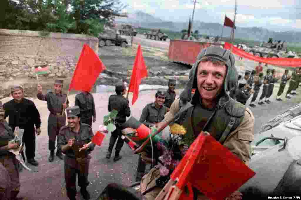 Февраль 1989 года. Советские войска покидают Афганистан, где они девять лет пытались военными методами поддержать местный коммунистический режим. Вывод войск сопровождался цветами и аплодисментами, но они не могли скрыть очевидного факта поражения советской армии в афганской войне. Жертвами этого конфликта стали почти 15 тысяч советских военнослужащих и, по некоторым оценкам, до миллиона афганцев