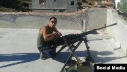 Российский солдат Аяс Шалбан-оолович Сарыг-оол на крыше дома в Сирии, фото - Руслан Левиев