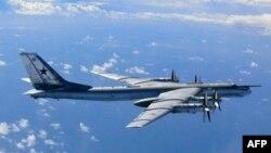 Российский стратегический бомбардировщик ТУ-95 близ японского острова Окиношима, 22 августа 2013 года