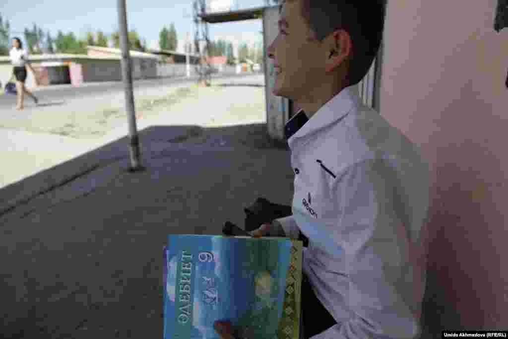Староста класса школы № 53 на автобусной остановке