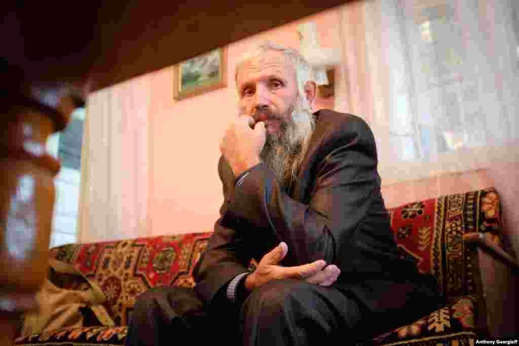 Молокан иногда сравнивают с амишами или меннонитами в США за их пацифизм и отказ от современных удобств.