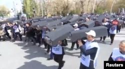 Турецкие рабочие протестуют перед зданиями иранского и российского посольств в Анкаре