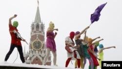 Pussy Riot выступают на Красной площади в Москве, 20 января 2012